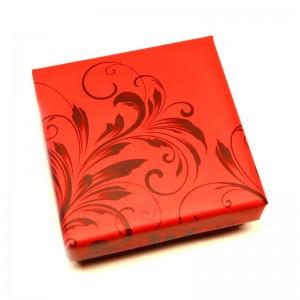 Červená darčeková krabička so vzorom