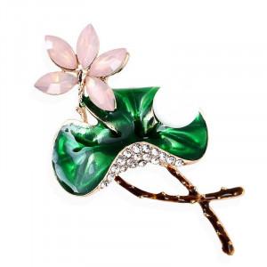 Pozlátená brošňa ružový kvietok na zelenom liste